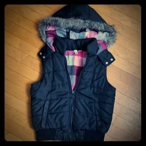 🎄Girls black vest with fur hood size medium